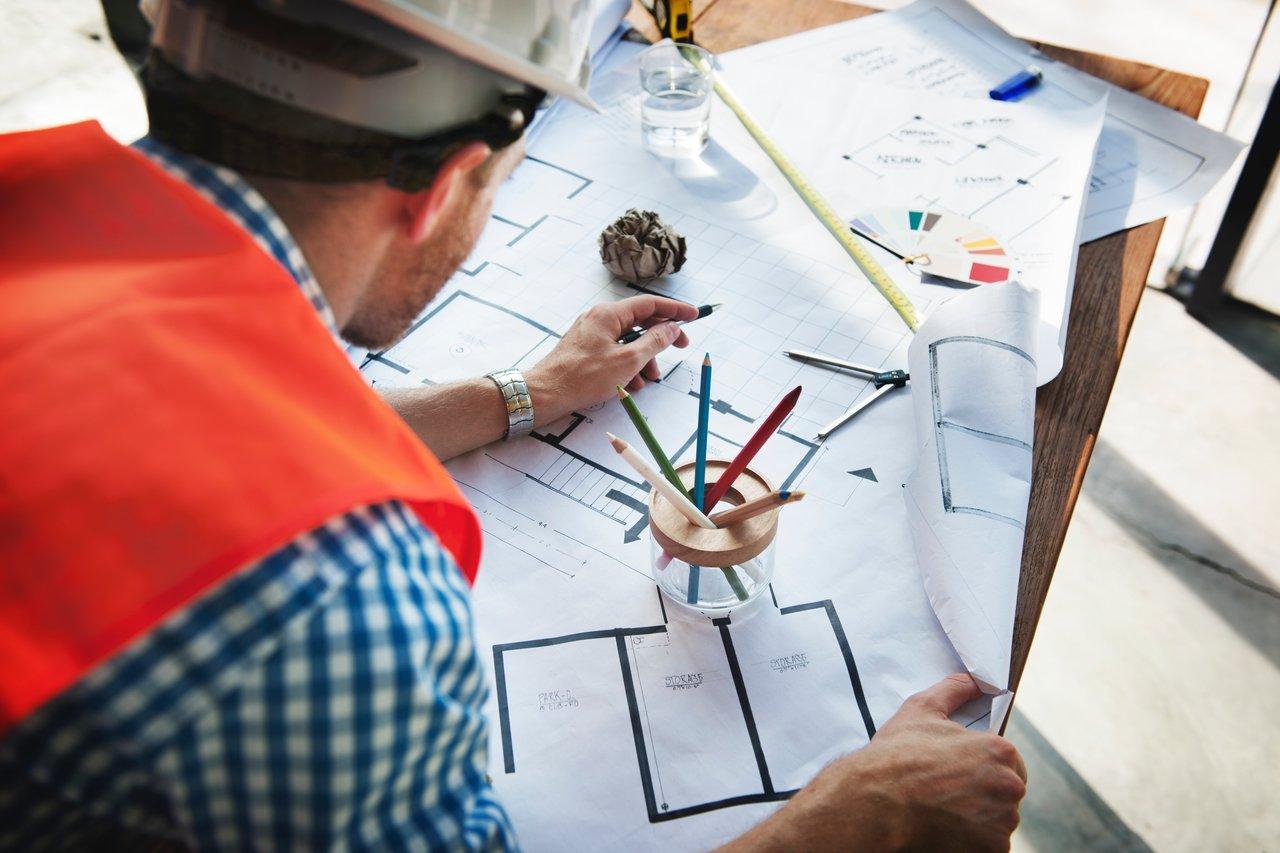 Praca przy planie technicznym budowy