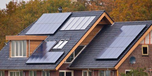 dach z panelami fotowoltaicznymi